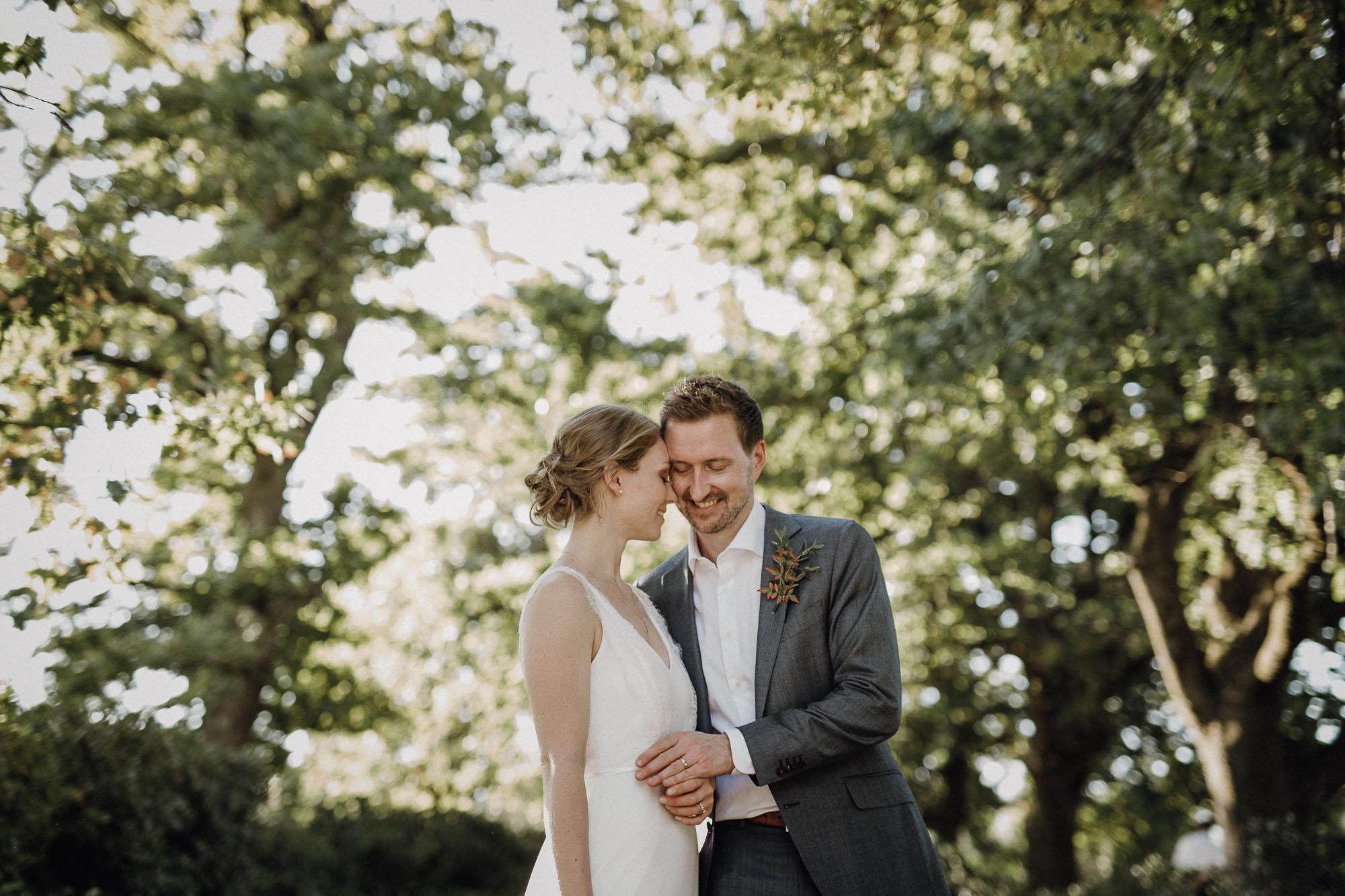 Brautpaar umarmt sich glücklich