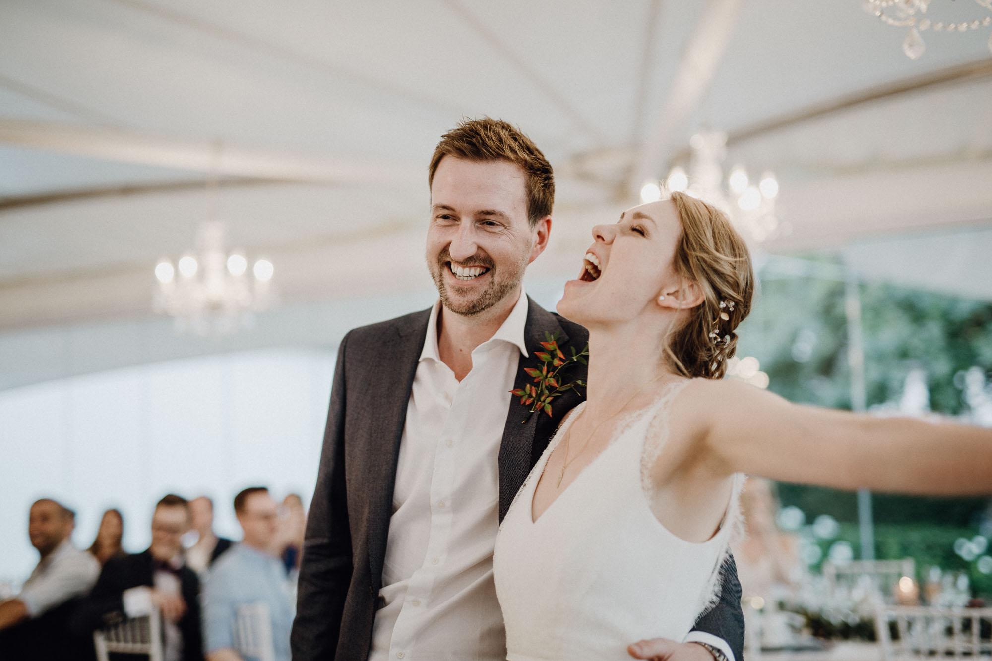 Hochzeitsfotografie by Raissa+Simon. Brautpaar feiert ausgelassen.