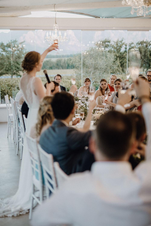 Gäste beim Toast aussprechen