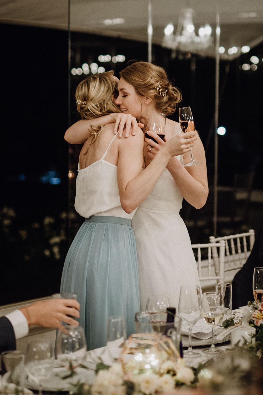 Trauzeugin wird innig von der Braut umarmt