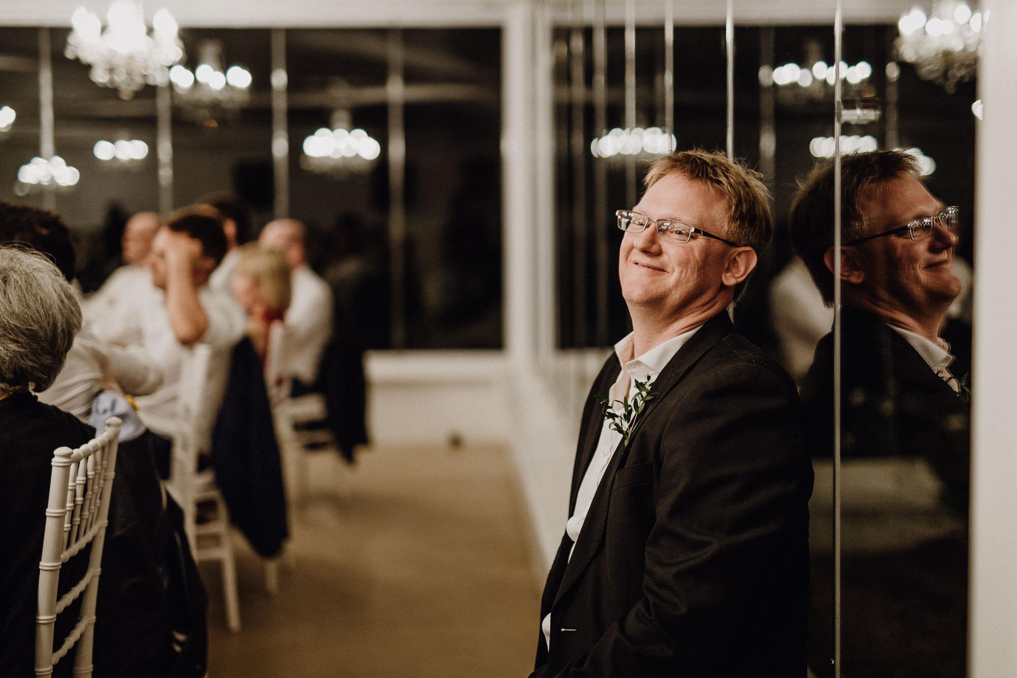 Der Bruder der Braut sitzt glücklich abseits des Geschehens