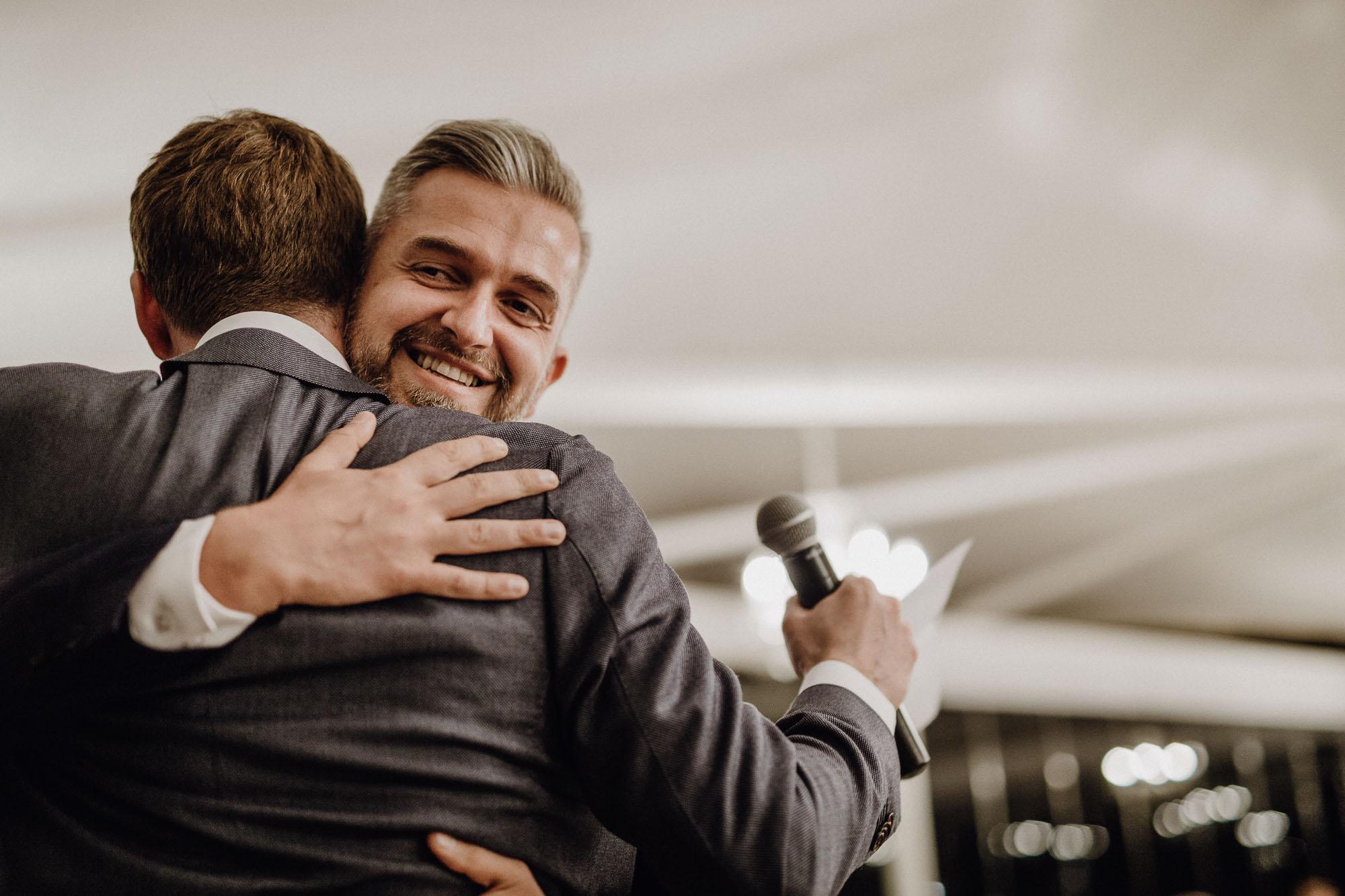 Der Trauzeuge umarmt den Bräutigam