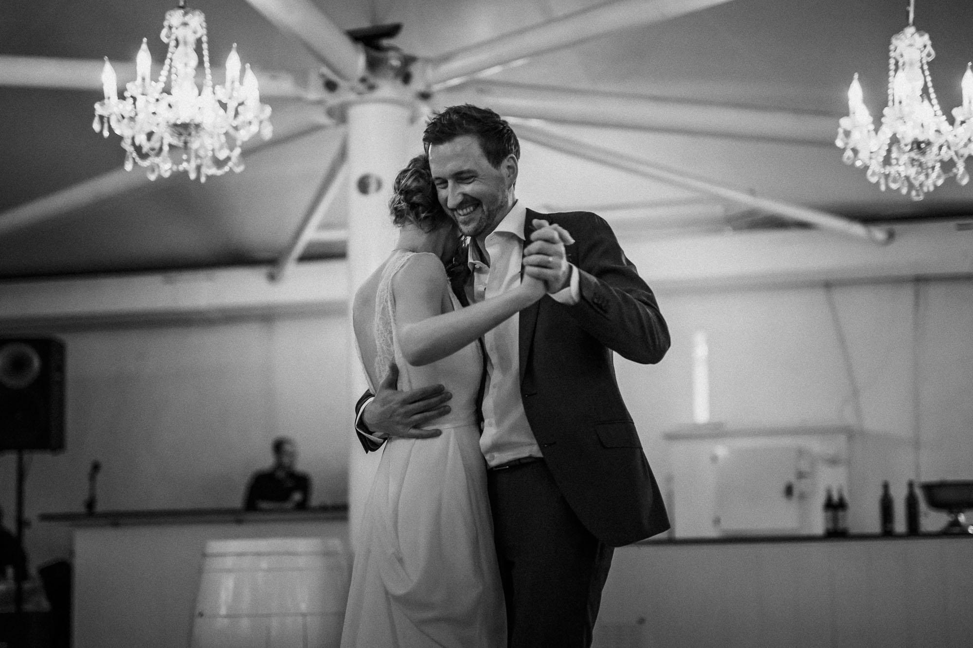 Glücklicher Bräutigam beim Brautpaartanz