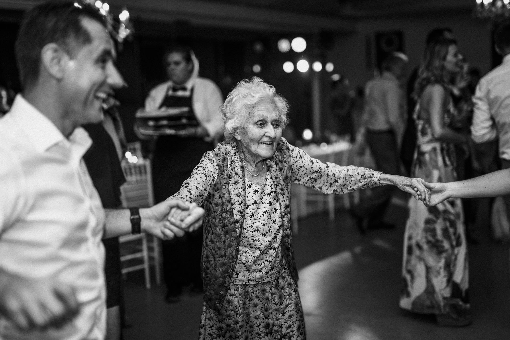 Die Oma auf der Tanzfläche
