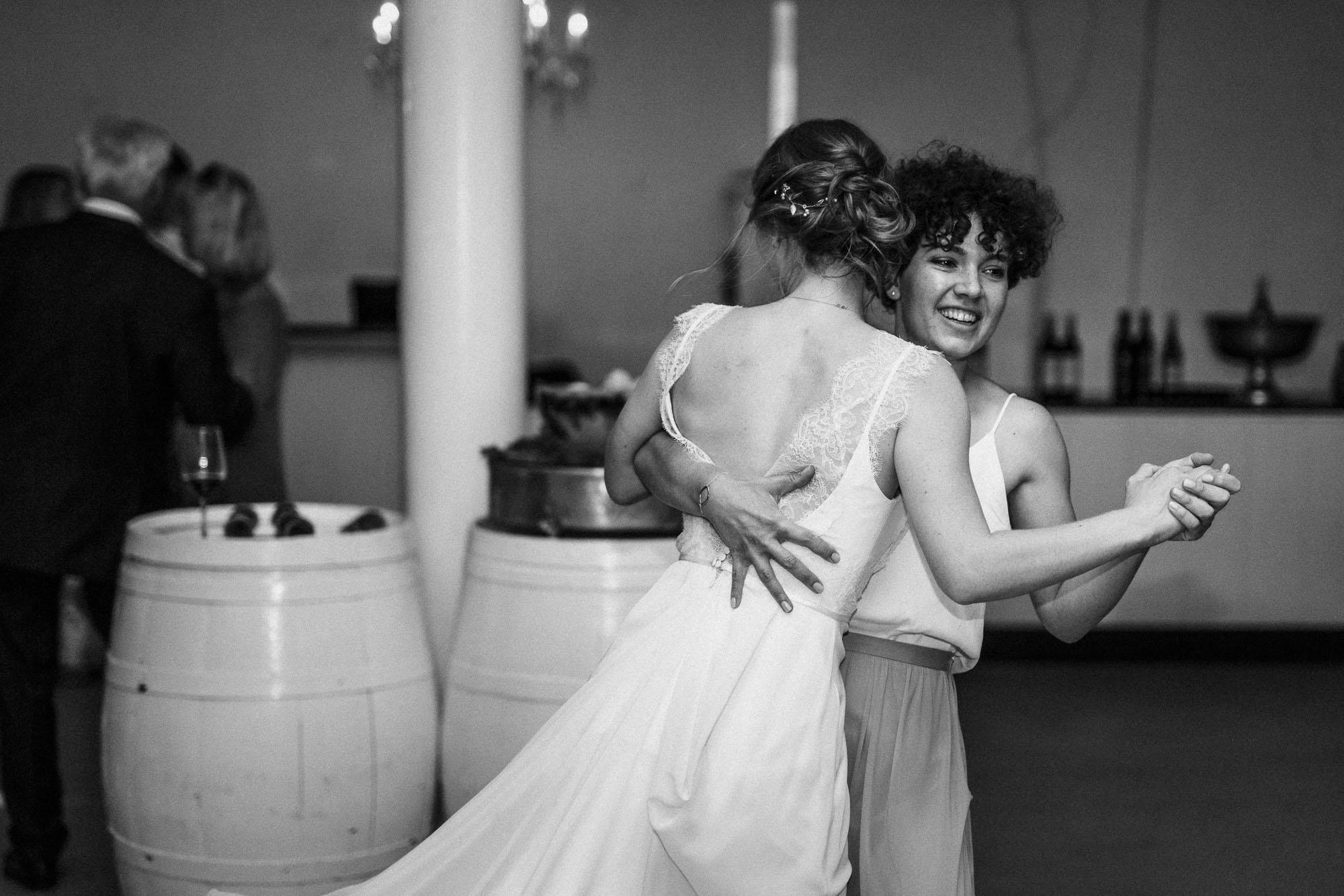 Braut tanzt mit Schwester