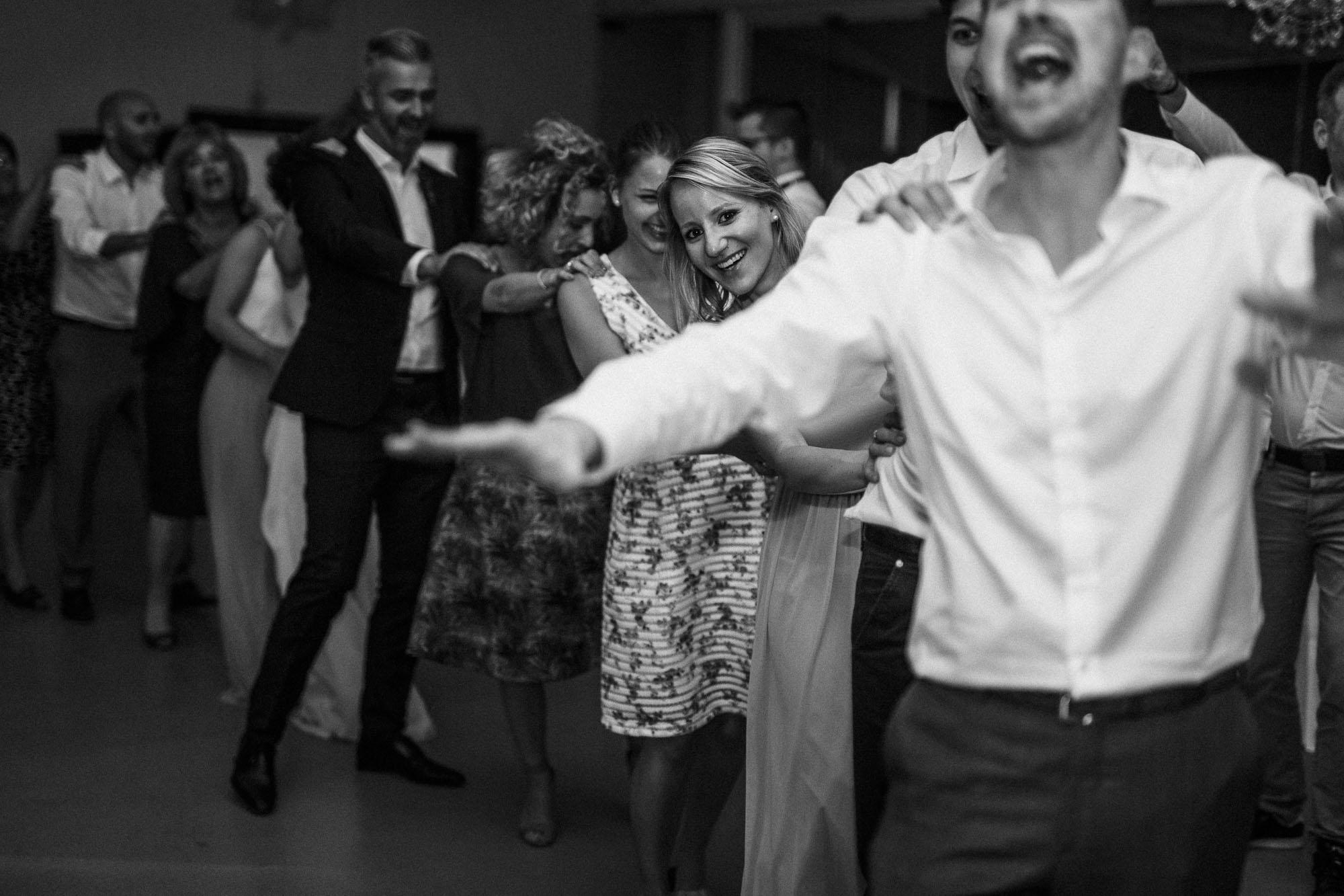 Die Hochzeitsgäste feiern mit einer Polonaise