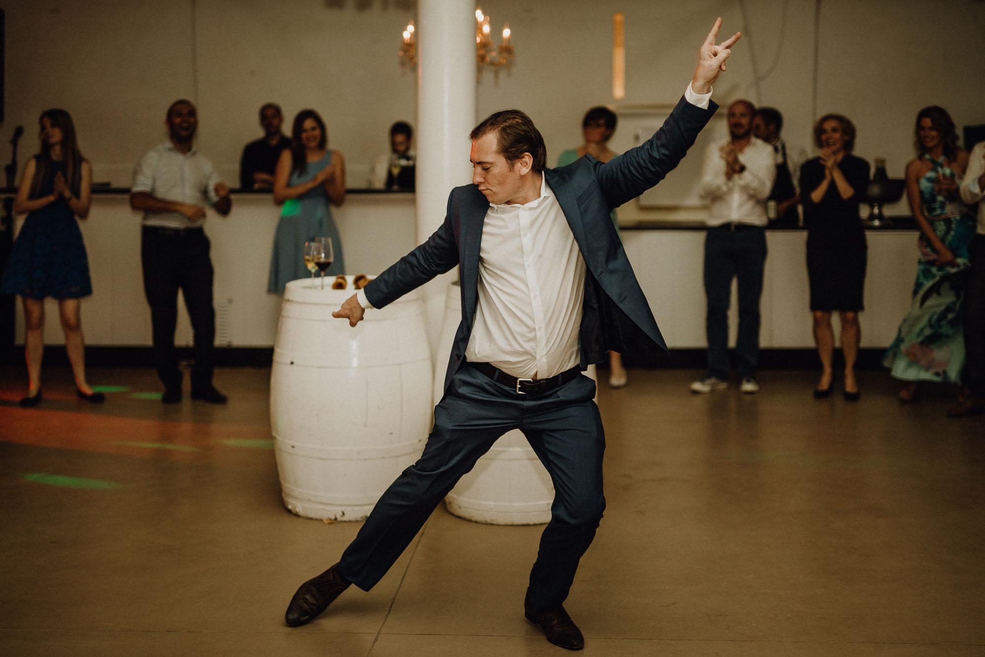 Mann macht einen coolen Tanzmove