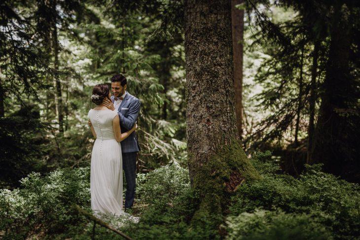 Hochzeitsfotografie by Raissa + Simon. Brautpaar im Schwarzwald