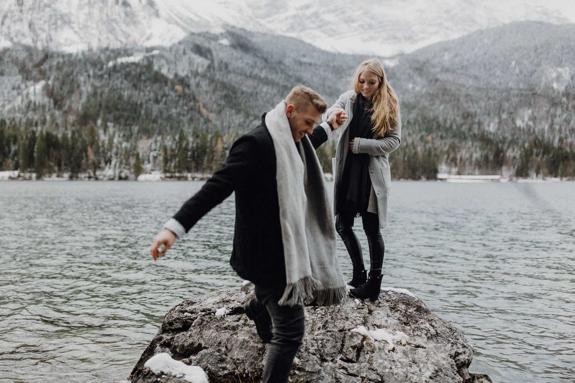 Winterliches Paarshooting am Eibsee - Raissa + Simon Fotografie