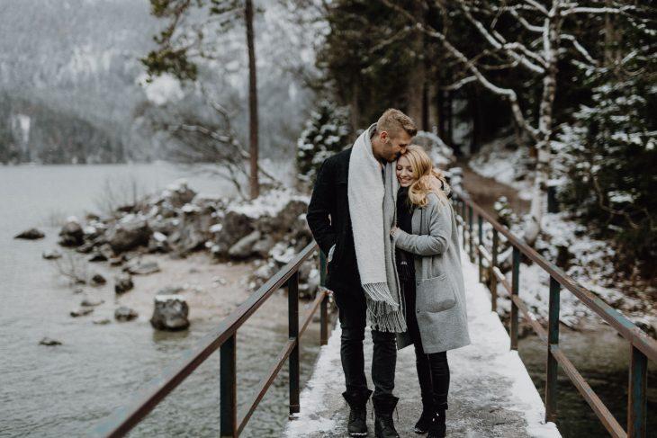 Winterliches Paarshooting am Eibsee - Raissa + Simon Fotografie