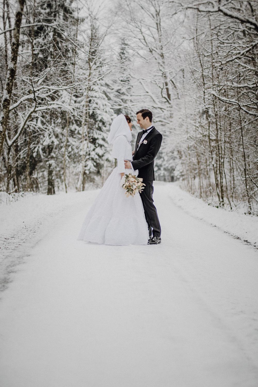 raissa simon photography destination wedding munich bayrischer wald winter snow 020 - Christine + Benjamin