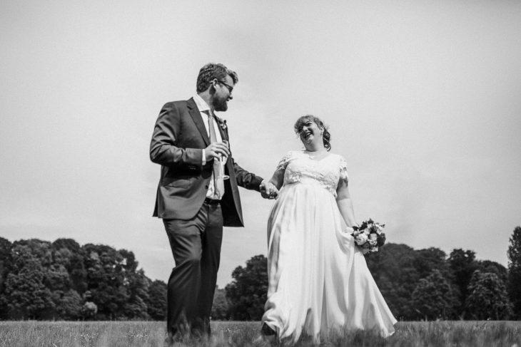 Junges Brautpaar in München im Englischen Garten. Raissa + Simon Fotografie