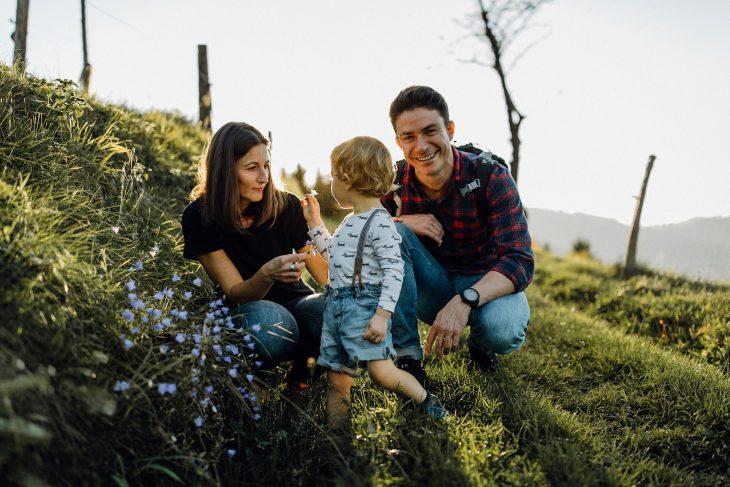 Familienwanderung bei Sonnenuntergang. Familienfotografie by Raissa + Simon Fotografie.
