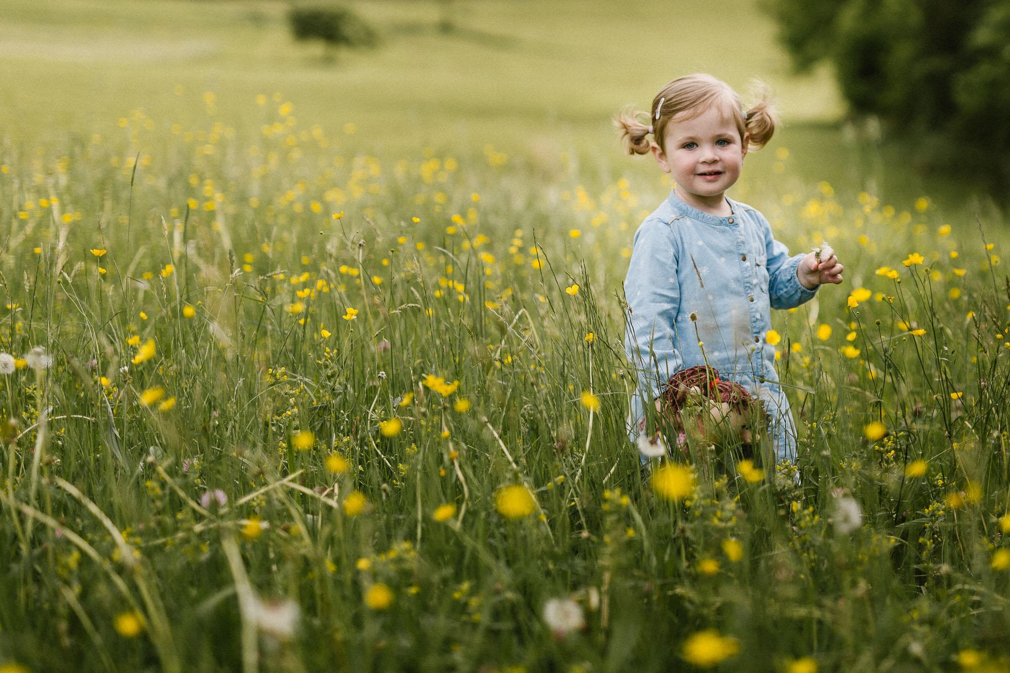 Mädchen auf Blumenwiese - Authetische Familienfotografie von Raissa + Simon Fotografie