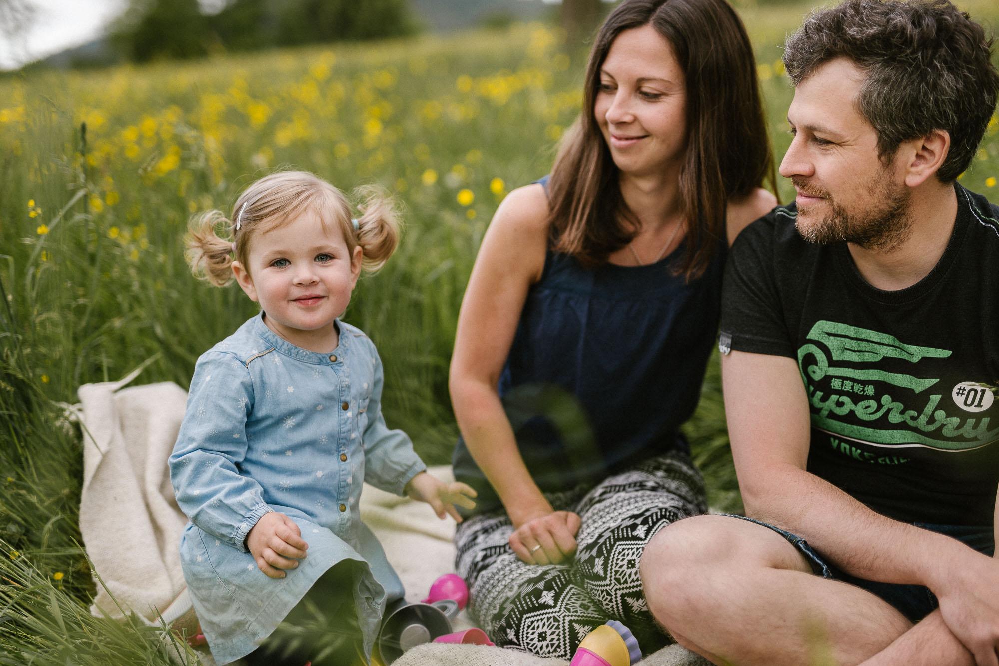 Familienpicknick auf Blumenwiese im Schwarzwald - Raissa + Simon Fotografie