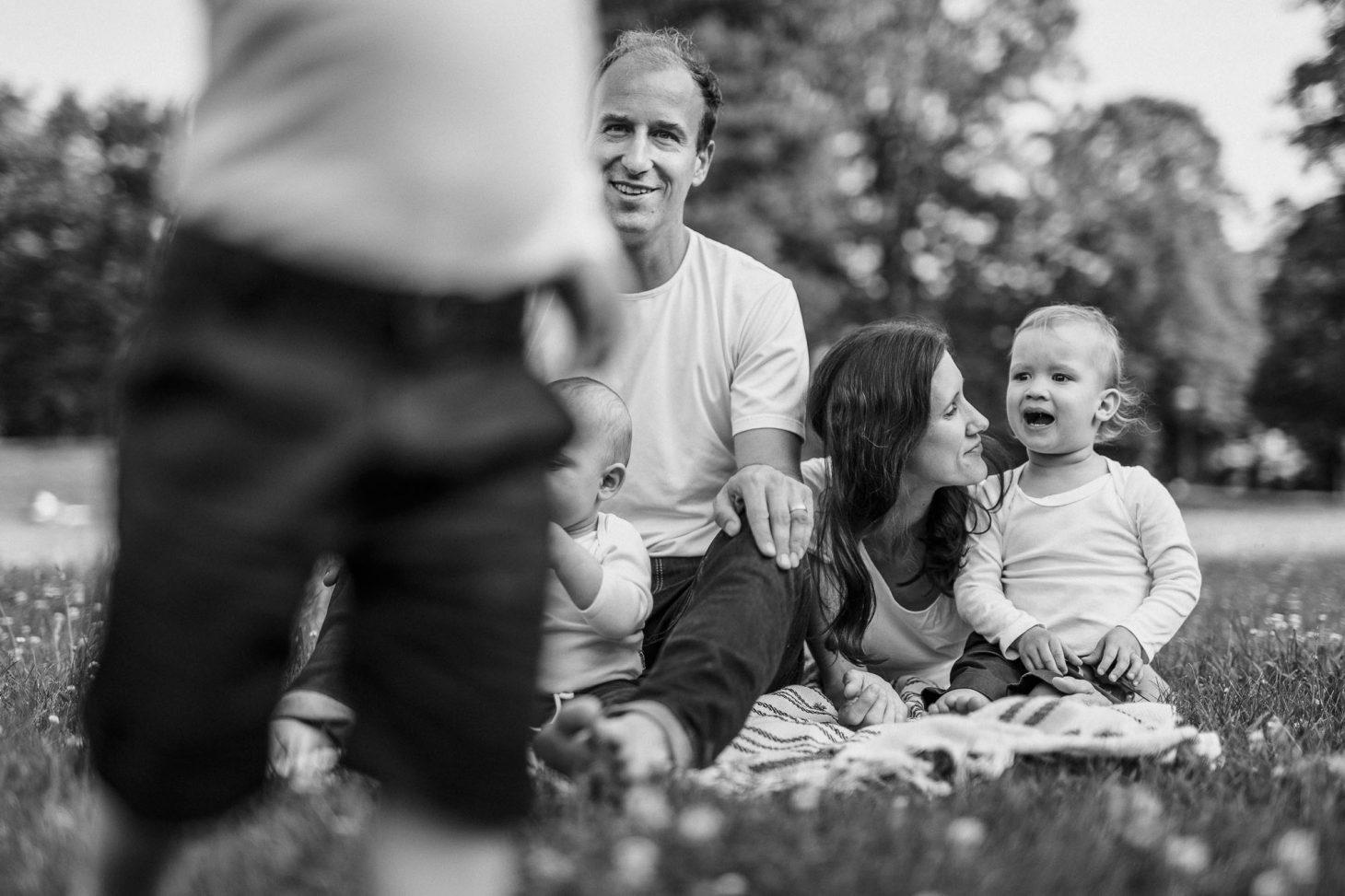 Familienfotografie by Raissa + Simon. Junge Familie im Park