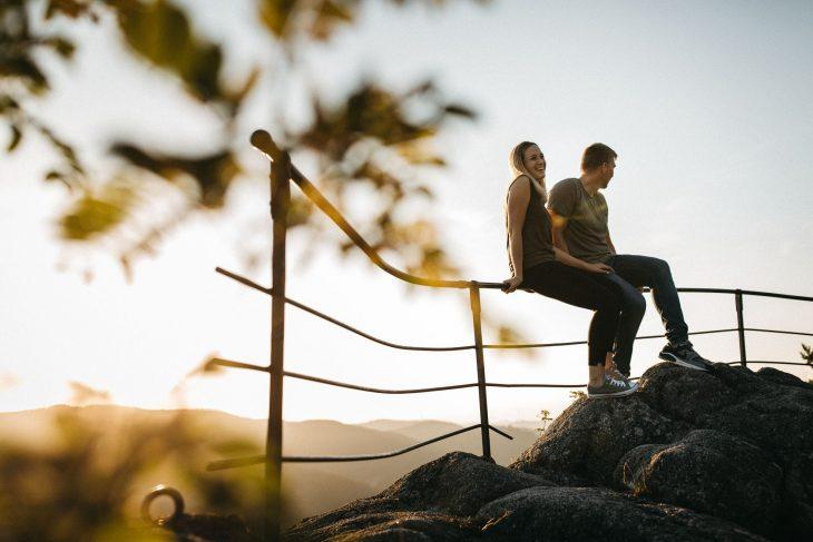 Junges Pärchen bei Paarshooting mit Ausblick auf den Schwarzwald von Raissa + Simon Fotografie.