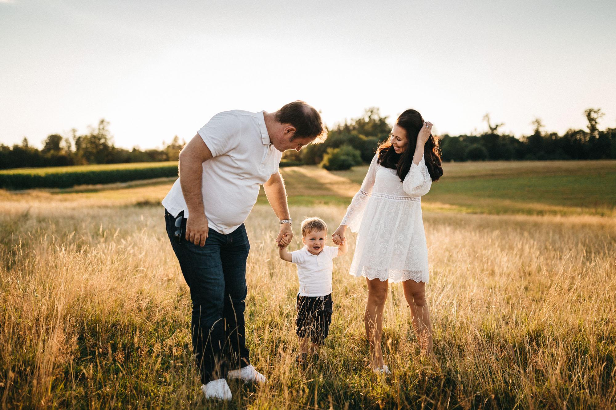 Familie hat Spaß bei Familienshooting in Augsburg - Raissa + SImon Fotografie