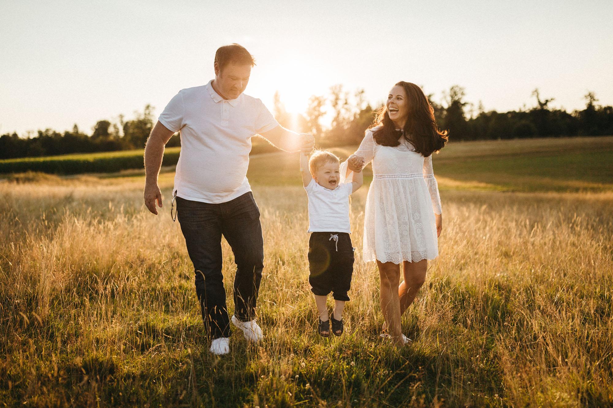 Raissa Simon Photography Family Dragone Augsburg Bavaria Meadow 023