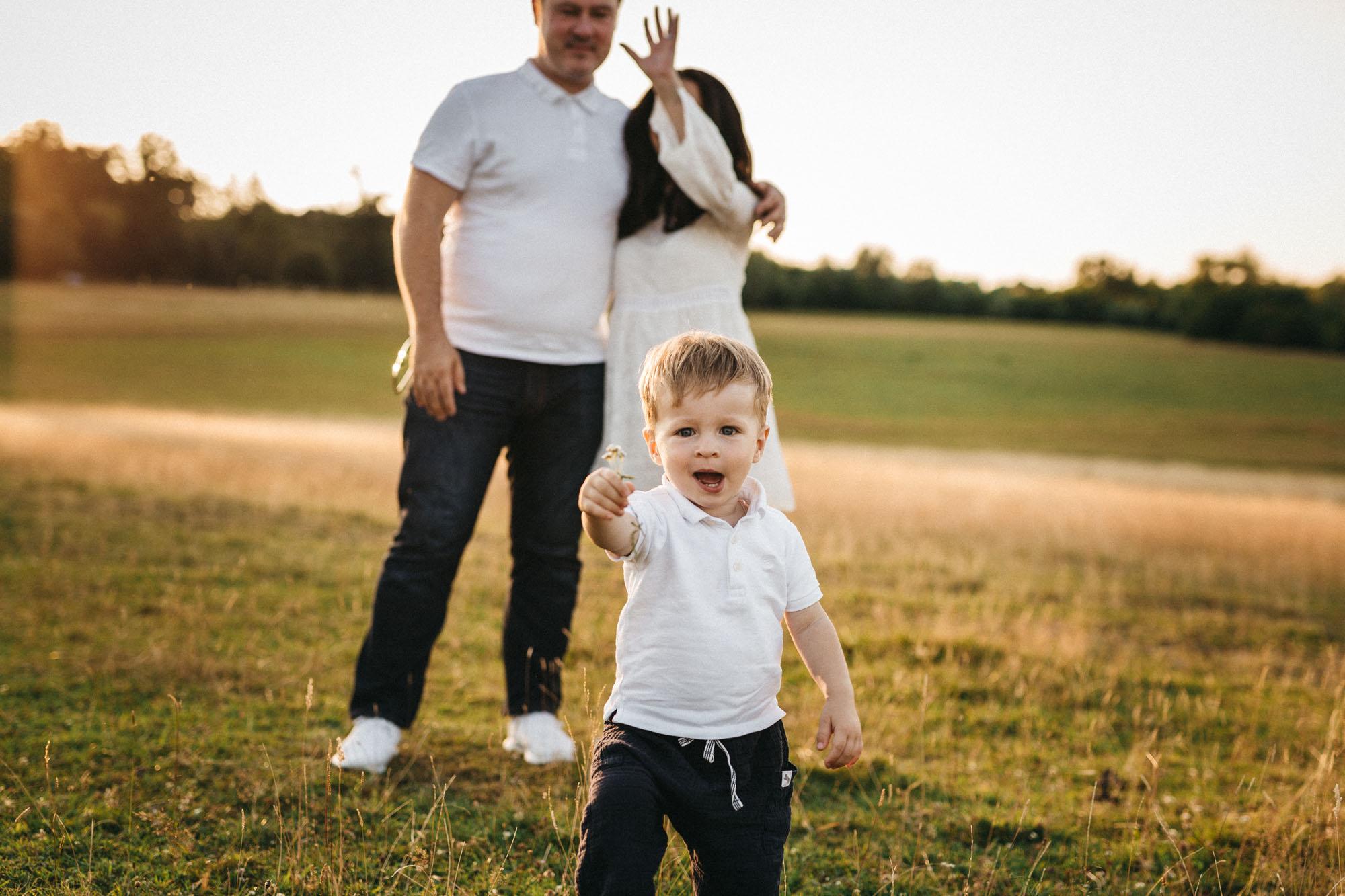 Raissa Simon Photography Family Dragone Augsburg Bavaria Meadow 043
