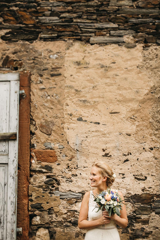 Leichtes Vintage Brautkleid und sommerlicher Brautstrauß. Foto by Raissa + Simon Fotografie