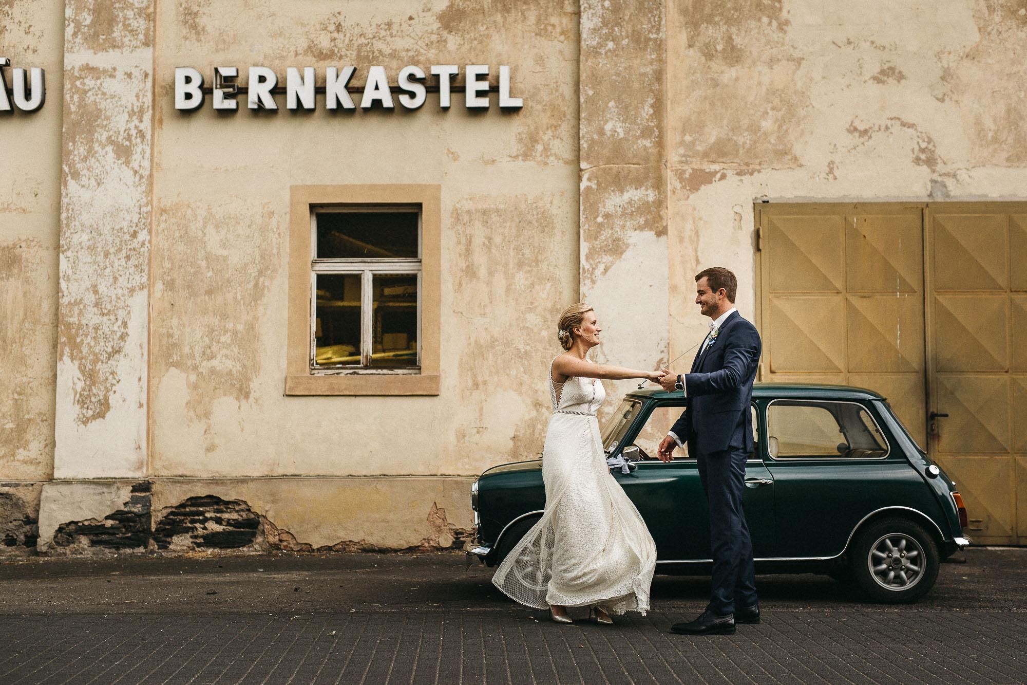 First Look - der Moment bei dem sich das Brautppar vor der Trauung ganz intim zum ersten Mal sehen. Hochzeitsfotografie von Raissa + Simon Fotografie