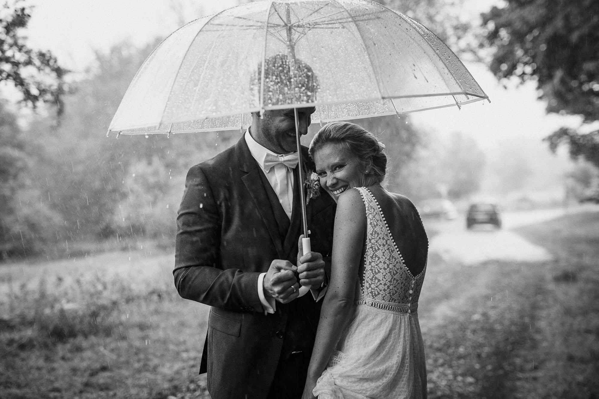 Emotionales Brautpaarshootng im Regen. Authentische Hochzeitsreportage in Rheinland-Pfalz. Raissa + Simon Fotografie