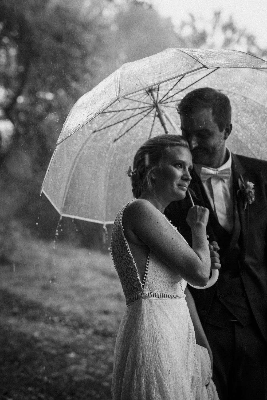 Romantisches Brautpaarshootng im Regen. Authentische Hochzeitsreportage in Rheinland-Pfalz. Raissa + Simon Fotografie