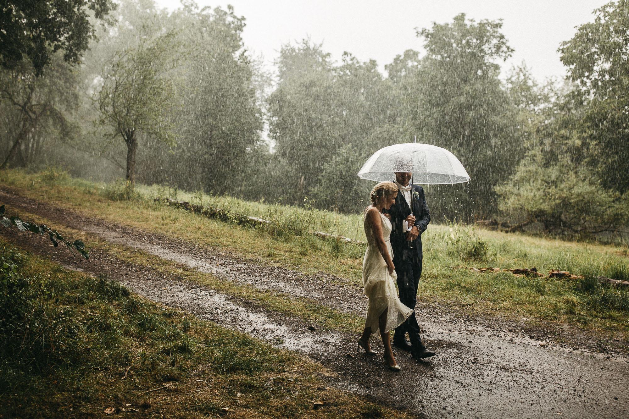 Brautpaarshooting im Regen. Emotionale Vintagehochzeit an der Mosel by Raissa + Simon Fotografie