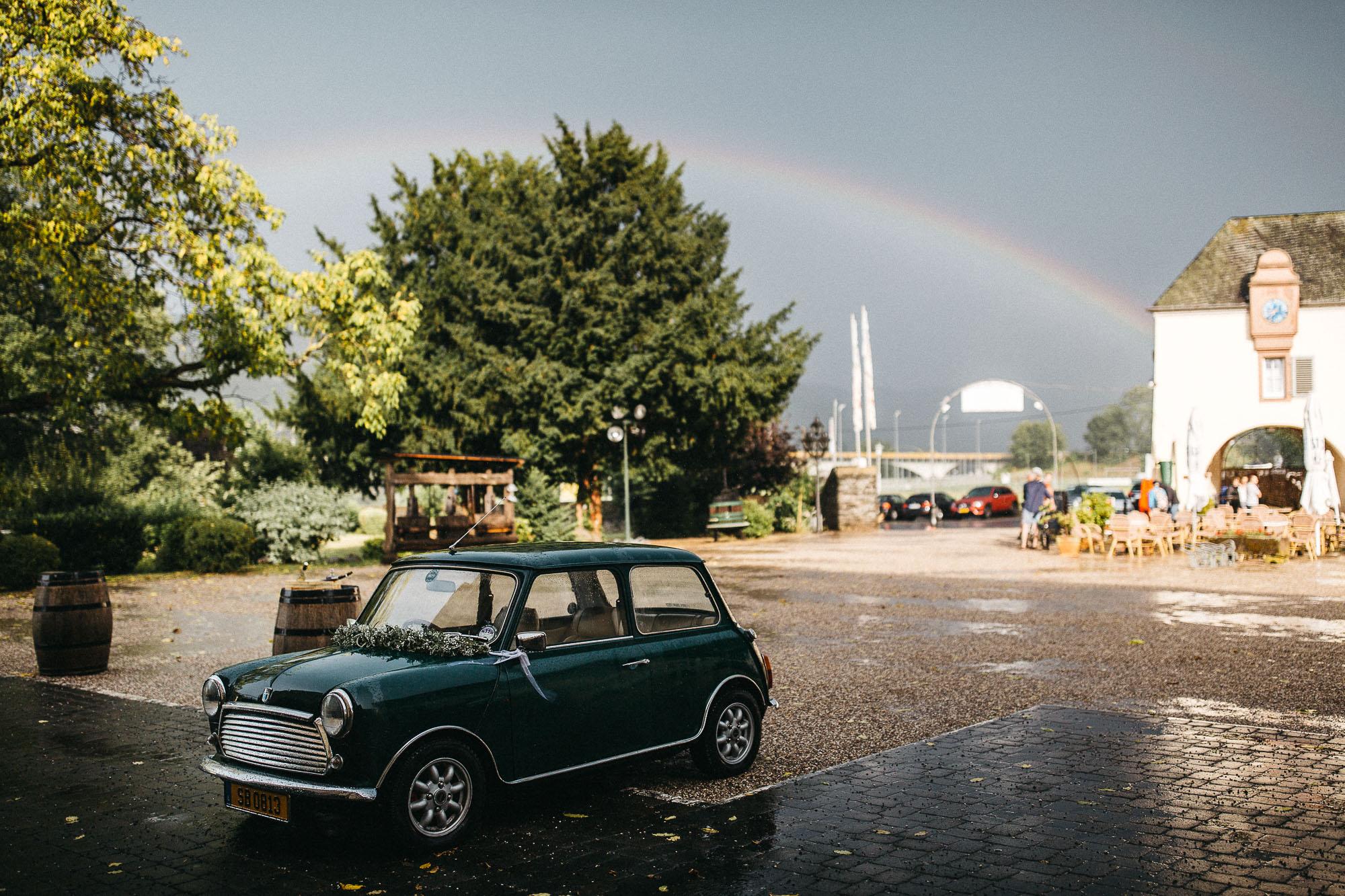Sommerliche Regenhochzeit in Rheinland-Pfalz. Regenbogen über der Mosel.