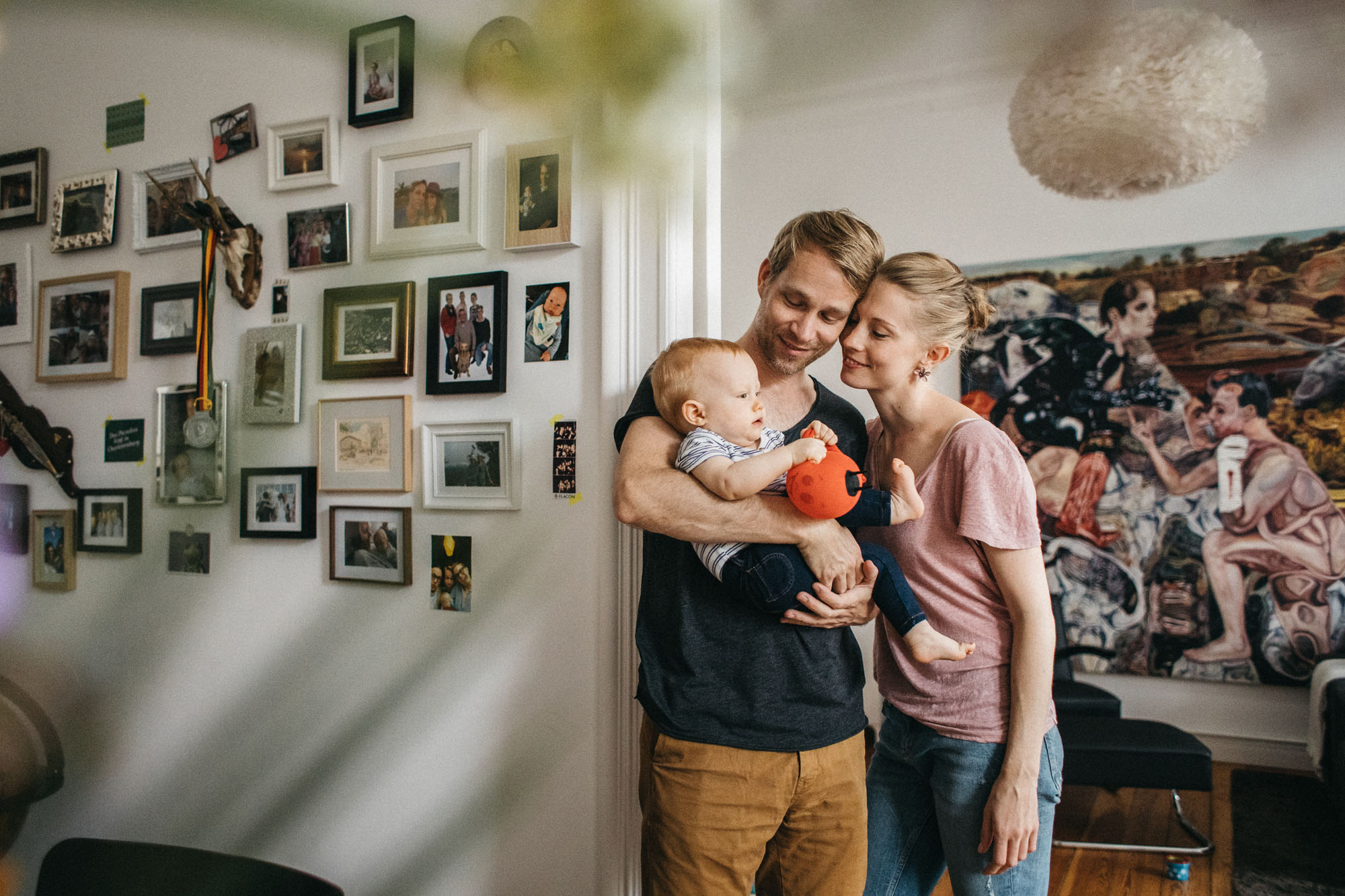 Authentische Familien Homestory in Berlin - Raissa + Simon Fotografie