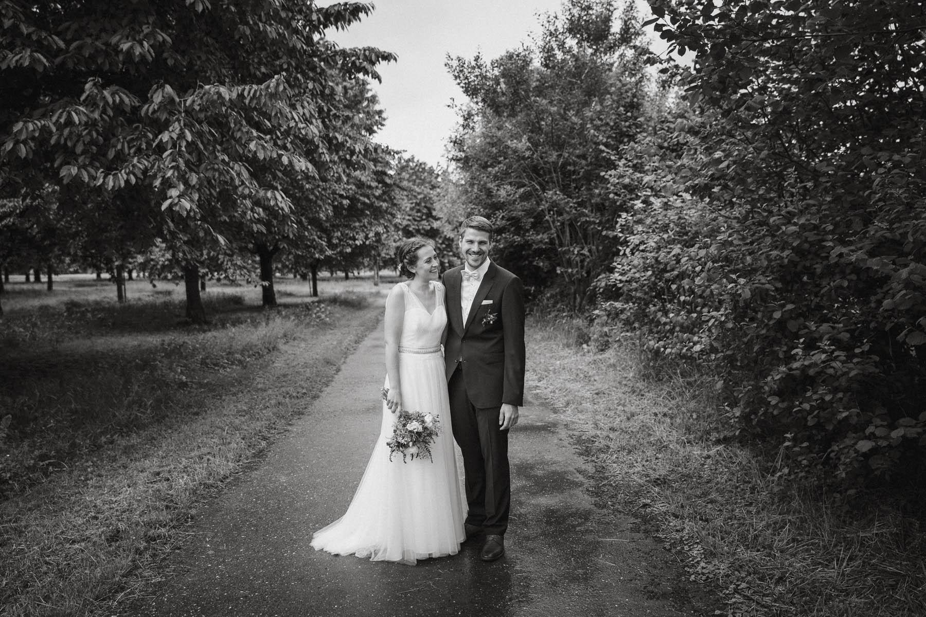 Modernes und ungestelltes Brautpaarshooting - Raissa + Simon Fotografie