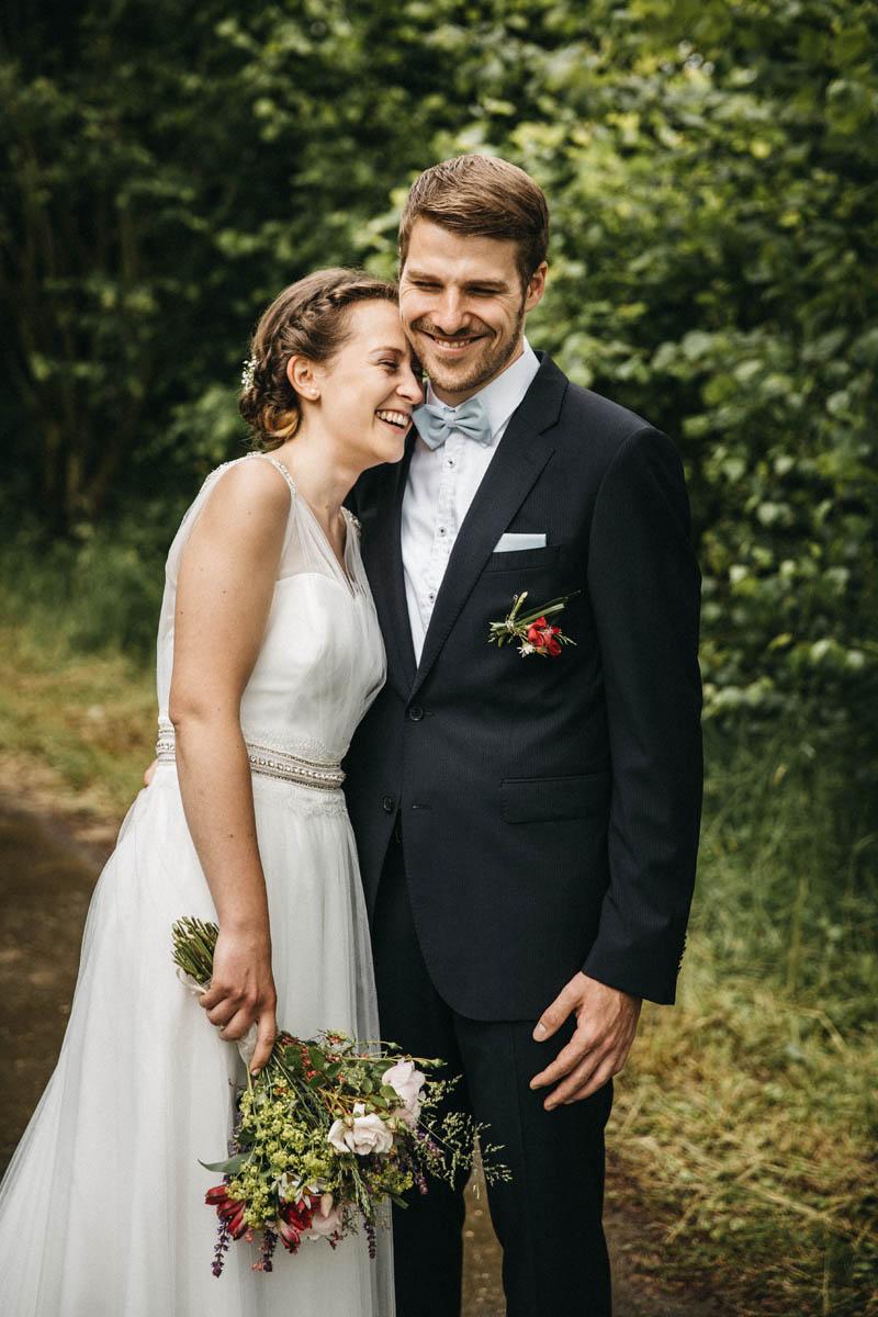 Ein total glückliches Brautpaar bei ihrer Hochzeit in Offenburg. Raissa + Simon Fotografie