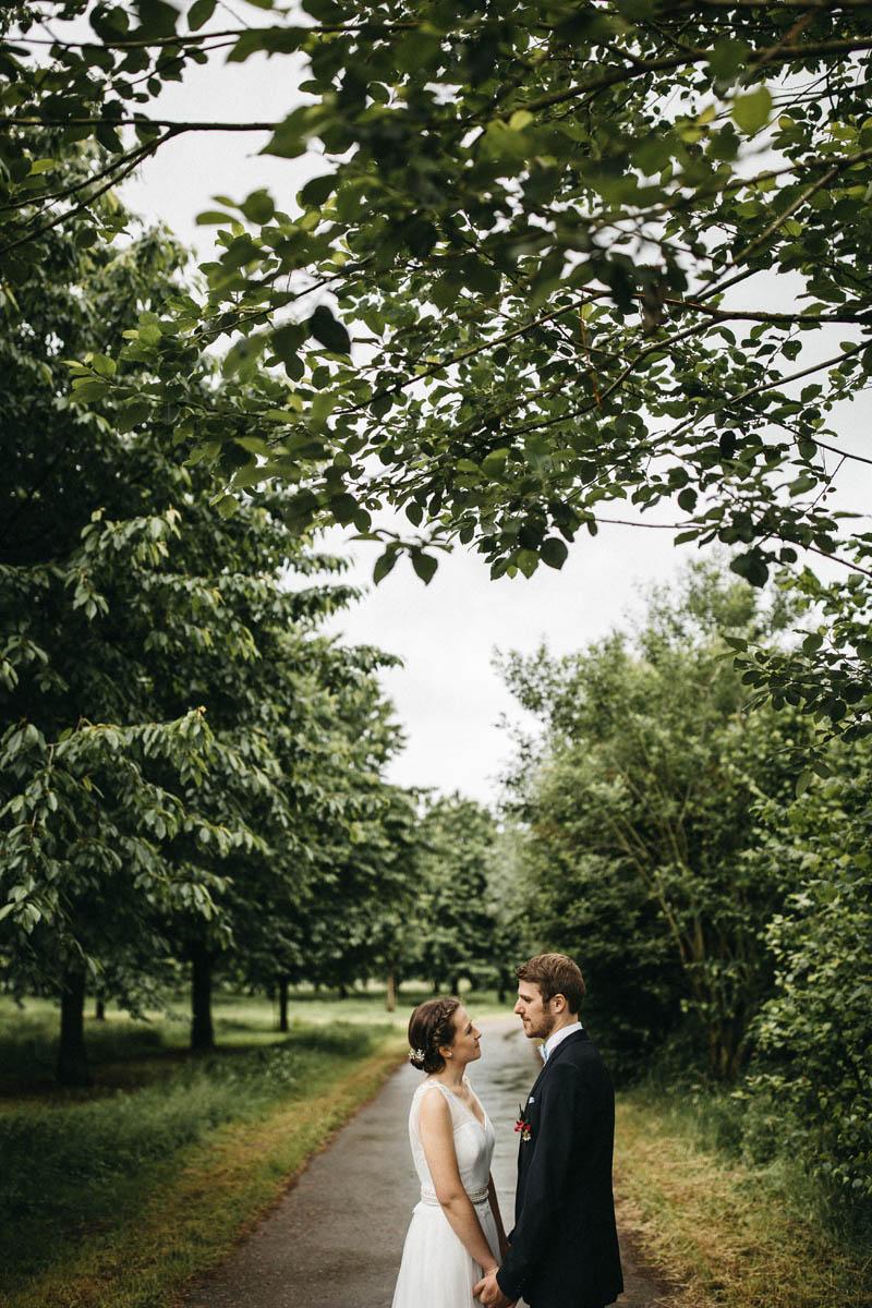 Modernen Brautpaarshooting, emotional, authentisch und nah. Raissa + Simon Fotografie