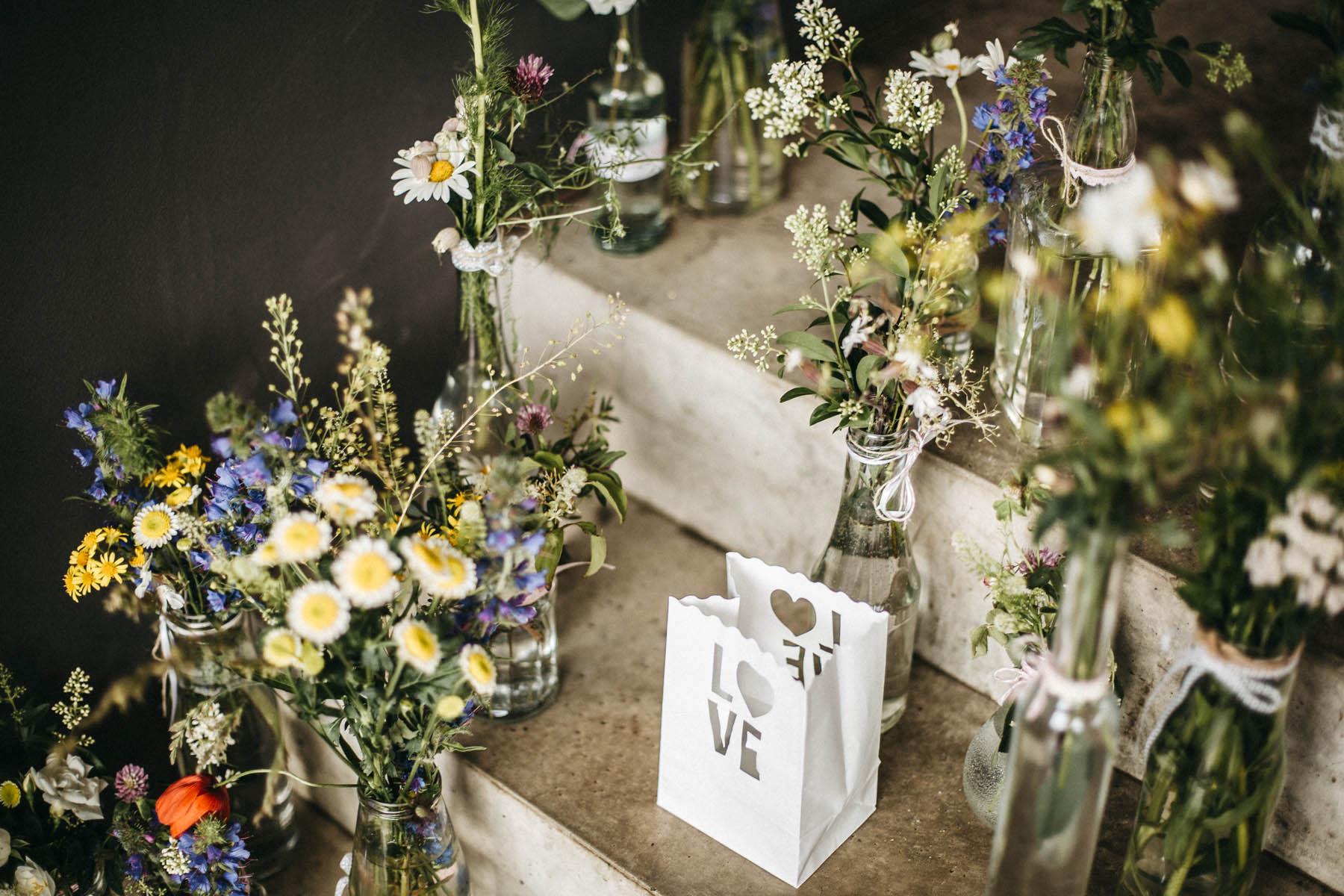 Selbstgepflückte Wildblumen als Hochzeitsdeko