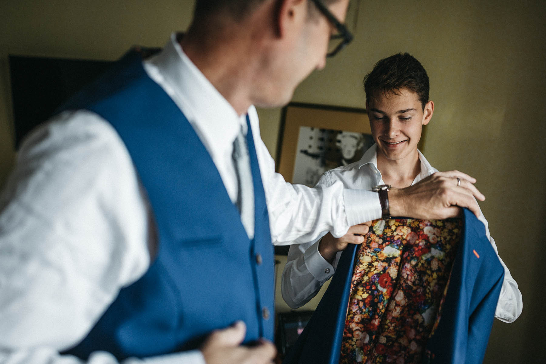 Bräutigam beim Getting Ready - Raissa + Simon Fotografie