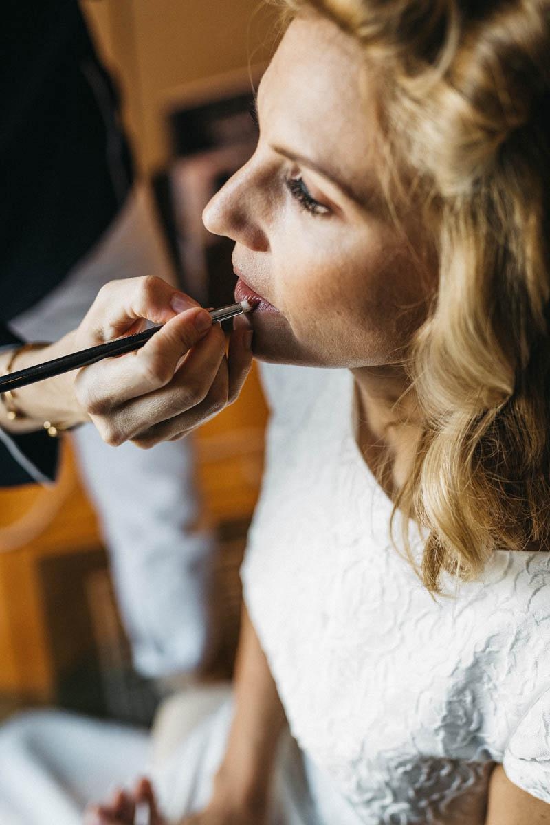 Braut beim Getting Ready im Hotel Adlon Berlin - Raissa + Simon Fotografie