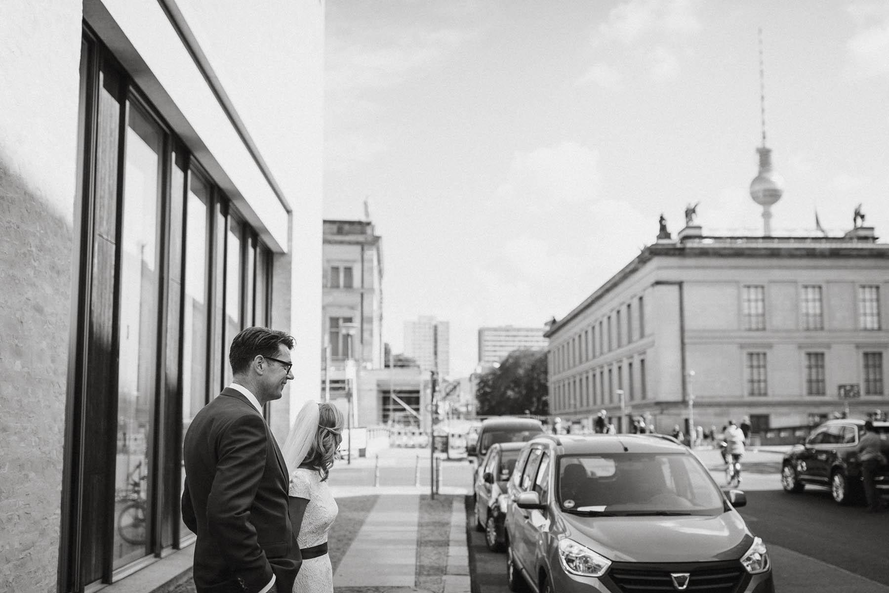 Heriaten in Berlin, mit Blick auf den Fernsehturm. Raissa + Simon Fotografie