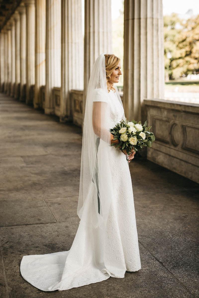 Wunderschöne, moderne Braut mit einem zauberhaften Vintage Brautstrauss mit weissen Roßen und Eukalyptus. Raissa + Simon Fotografie