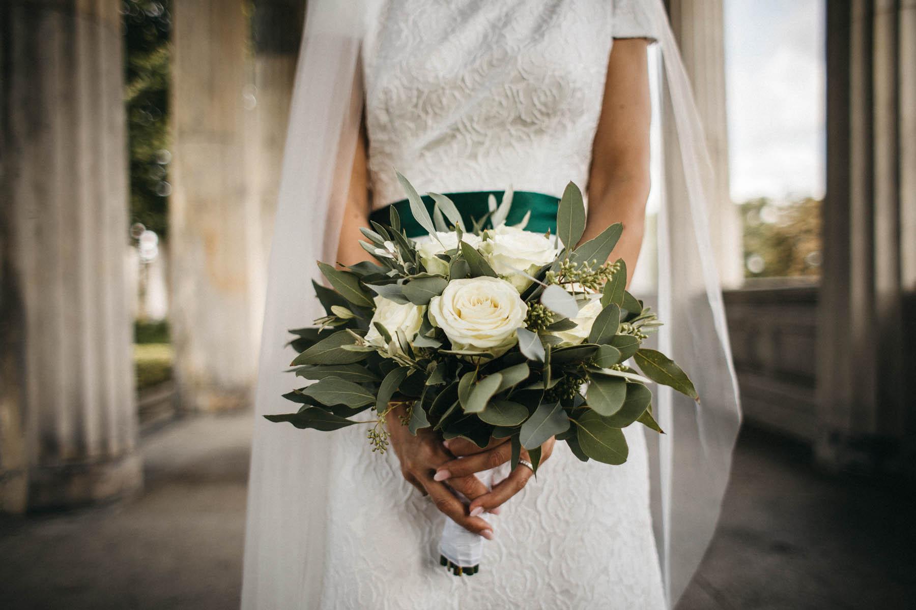 Moderner Vintage Brautstrauss mit weissen Roßen und Eukalyptus. Raissa + Simon Fotografie