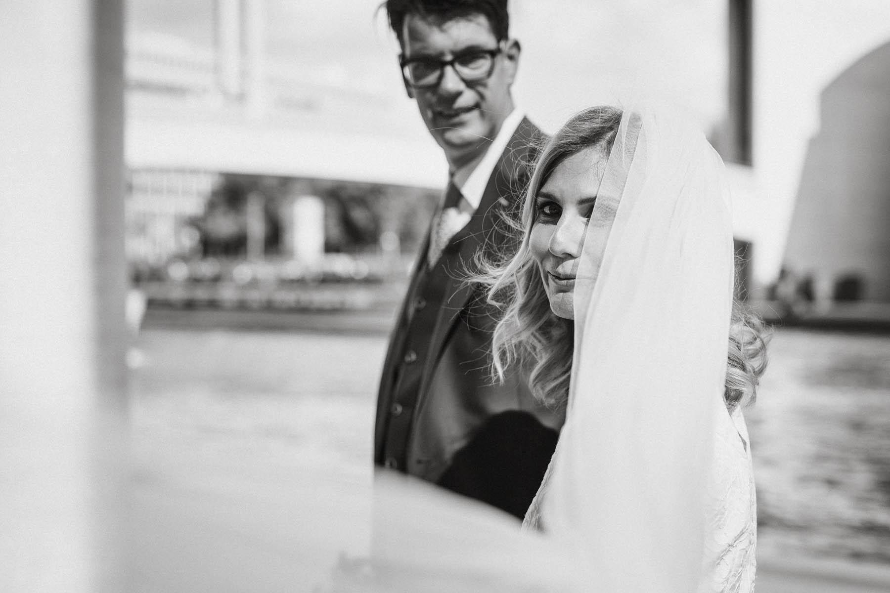 Fliegender Schleier der Braut umspielt die Kamera. Raissa + Simon Fotografie