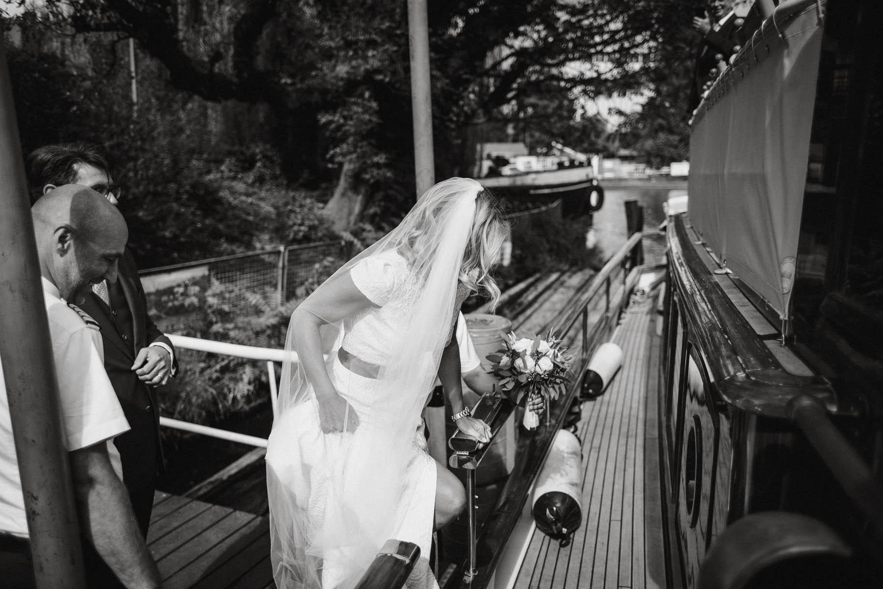 Brautpaar auf dem Weg zur Trauung auf der Spree in Berlin - Raissa + Simon Fotografie