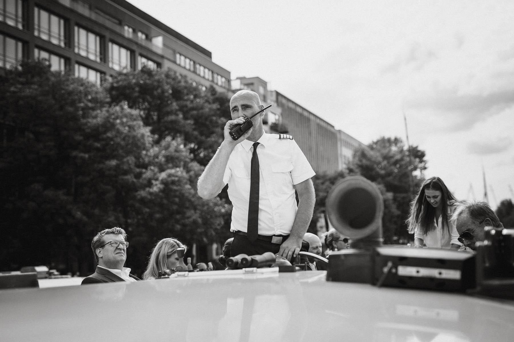 Heiraten auf der Spree in Berlin. Der Kapitän hat alles im Griff. Raissa + Simon Fotografie