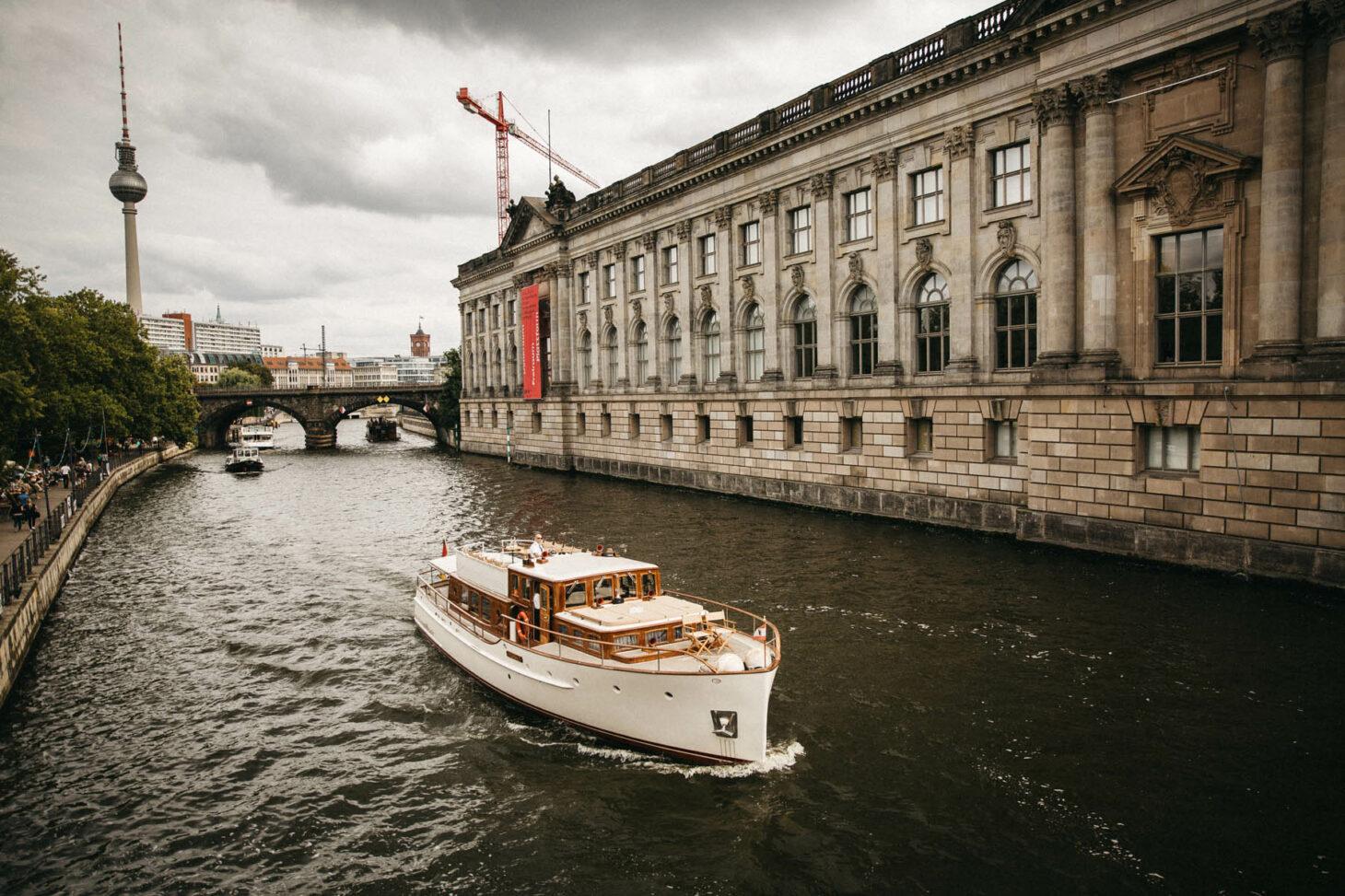 Hochzeit auf einem Boot auf der Spree in Berlin. Raissa + Simon Fotografie
