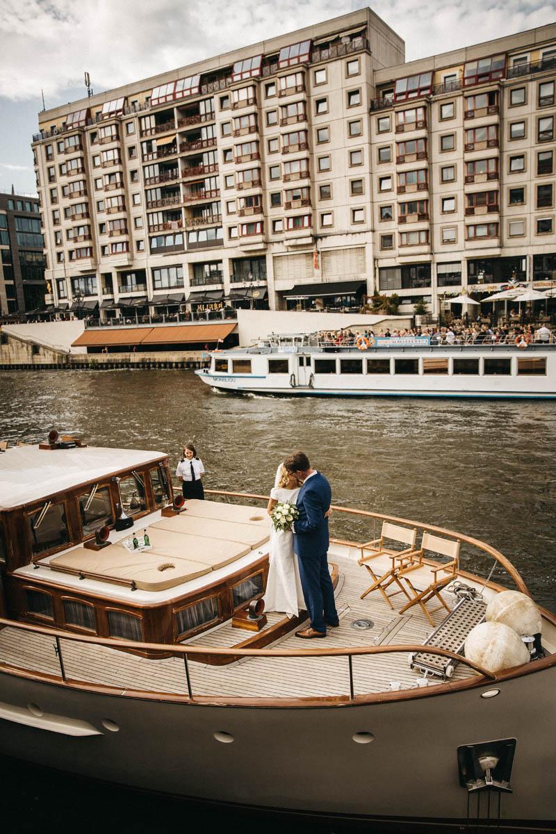 Heiraten auf der Motoryacht Fitzgerald auf der Spree in Berlin. Raissa + Simon Fotografie