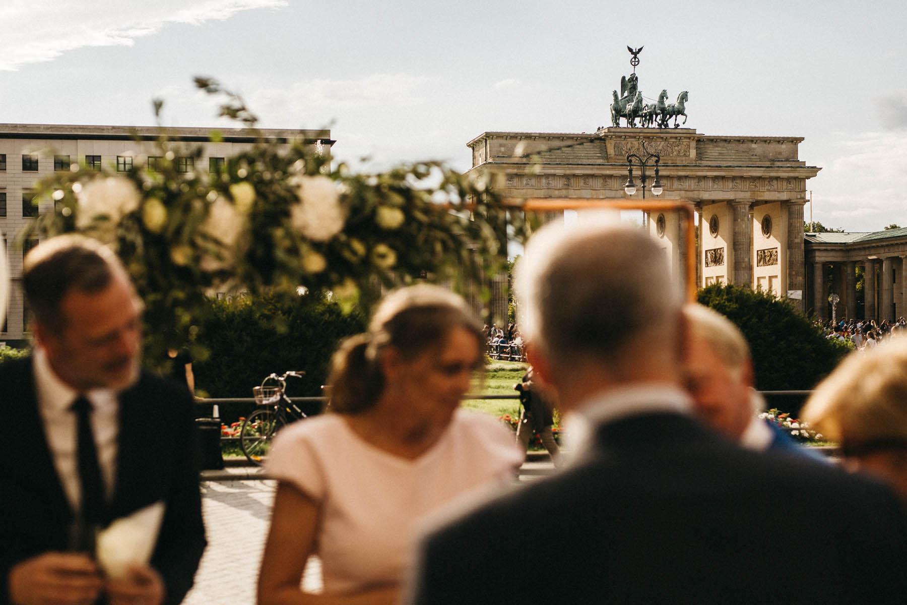 Heiraten im Hotel Adlon Kempinski in Berlin, mit Blick auf das Brandenburger Tor - Raissa + Simon Fotografie