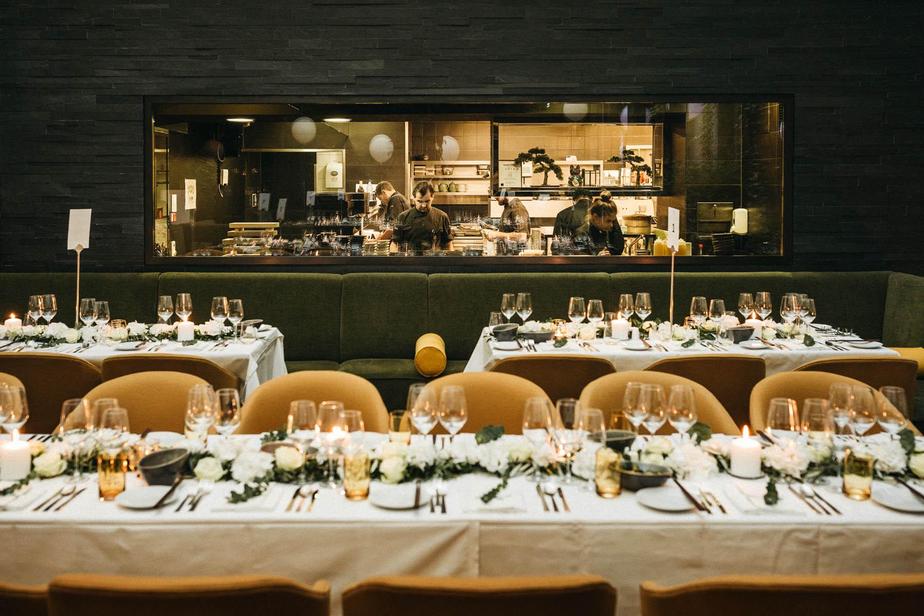 Hochzeitslocation im Restaurant Sra Bua von Tim Raue in Berlin - Raissa + Simon Fotografie