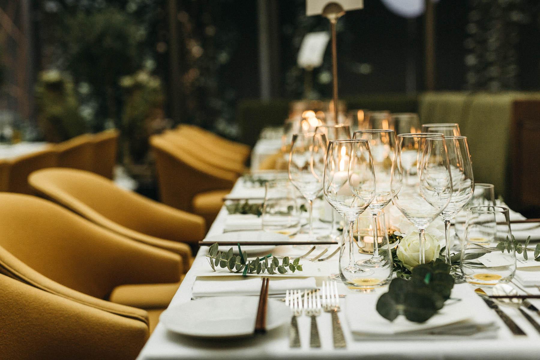 Moderne Hochzeitsdekoration in der Hochzeitslocation im Restaurant Sra Bua in Berlin - Raissa + Simon Fotografie