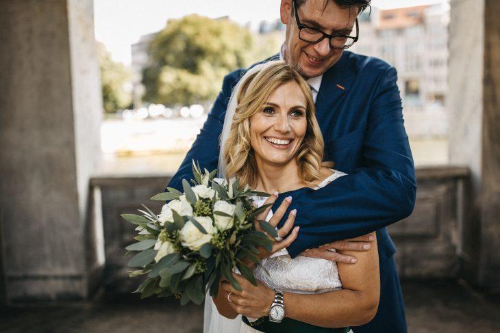 Brautpaar in inniger Umarmung in Berlin. Raissa + Simon Fotografie