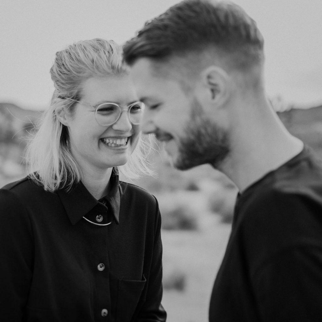 Portrait von Raissa + Simon in schwarz-weiß